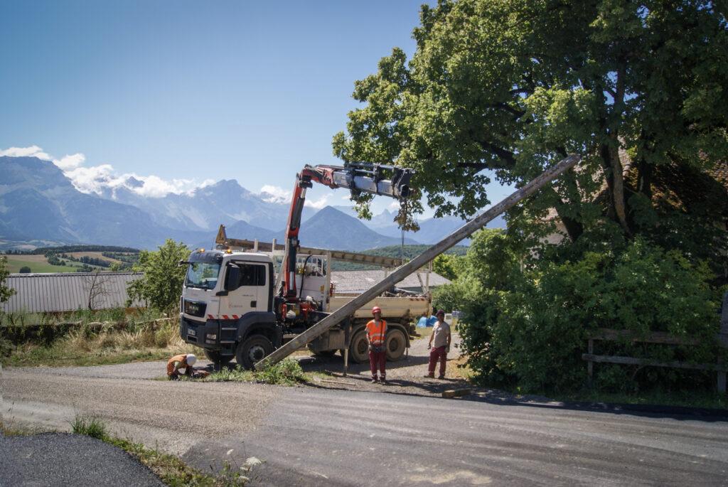 Depose de poteaux a l'aide d'un camion