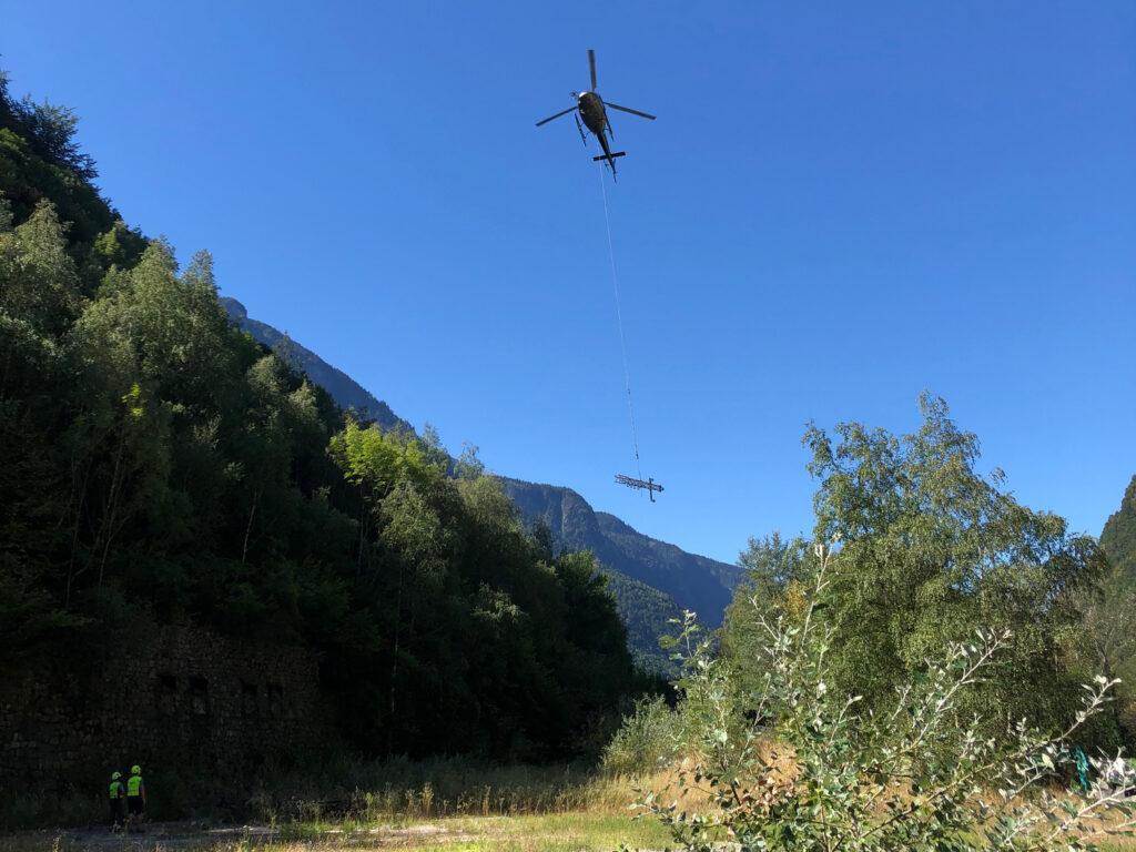 Depose de poteaux par helicoptere a livet et gavet
